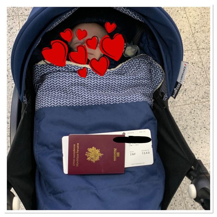 Poussette bleue et passeport